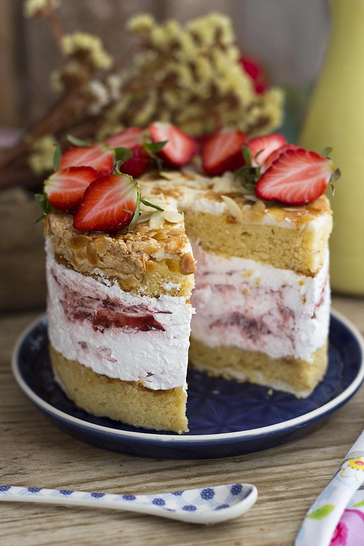 Tarta de Merengue con Almendras y Cheesecake con fresas
