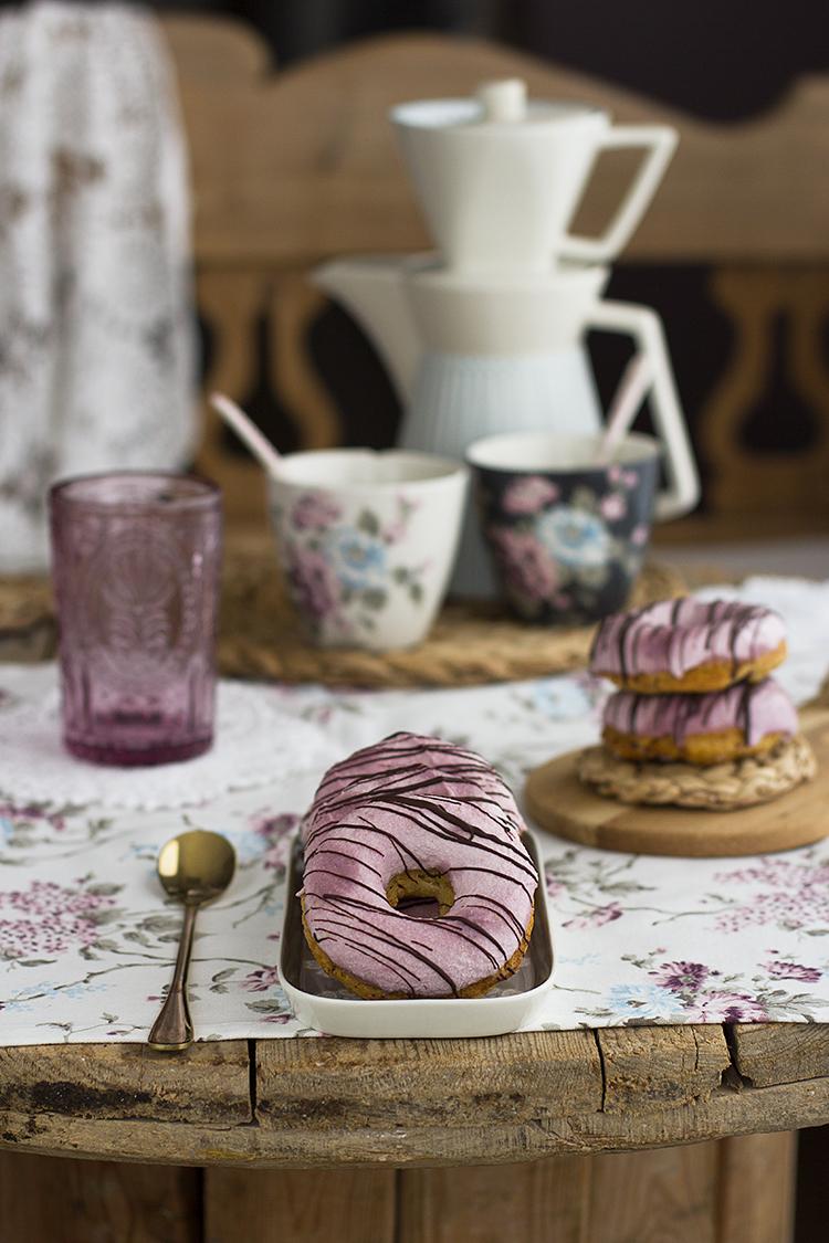 Donuts con frambuesas y chocolate blanco saludables