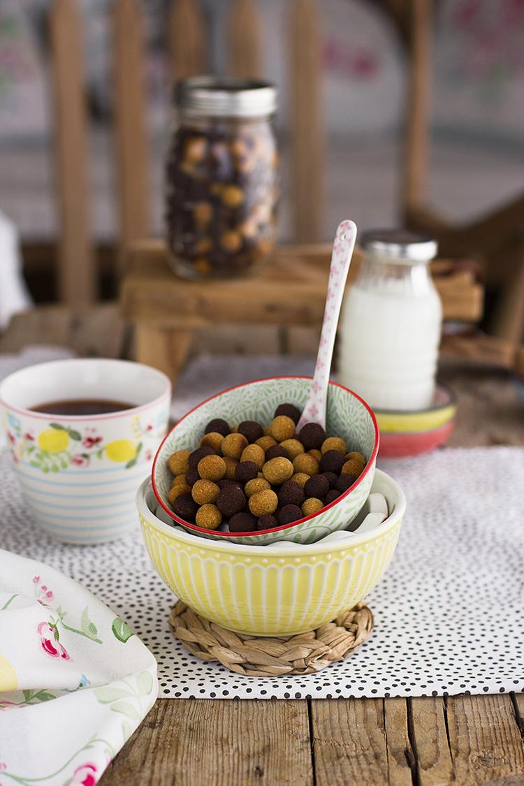 Cereales saludables de chocolate y cacahuete perfectos para el desayuno